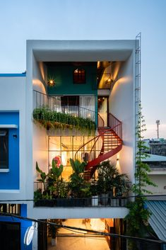 Image 22 of 36 from gallery of Olwen House / Photograph by Quang Tran Duplex House Design, House Front Design, Small House Design, Dream Home Design, Modern House Design, Modern House Facades, Modern Houses, Facade Design, Exterior Design