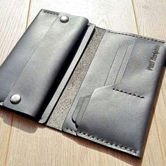 Leather Wallet Pattern, Handmade Leather Wallet, Leather Gifts, Leather Bifold Wallet, Leather Craft, Wooden Bag, Leather Workshop, Leather Projects, Leather Design