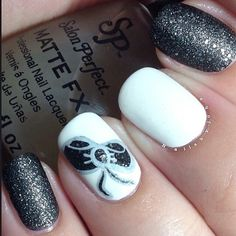 Beautifully done bow adds a spin to classic black and white nails.