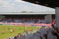 Zum letzten Pflichtspiel desTraditionsvereins Rot Weiss Essen (gegen Fortuna Köln) bereiteten die RWE-Fans der alten Wirkungsstätte des Vereins, dem Georg Melches Stadion, einen imposanten und farbenfrohen Abschied. Ab der neuen Saison spielt RWE im neuen in direkter Schussweite gelegenen modernen Stadion und nicht wenige Fans setzen mit dem neuen Stadion große Hoffnungen in die Fortsetzung der ruhmreichen Vereinschronik.