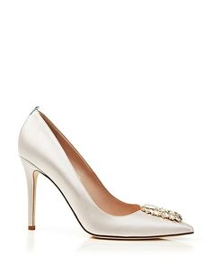 escarpins en satin blanc cassé, chaussures de mariée avec strass Sarah Jessica Parker http://www.vogue.fr/mariage/adresses/diaporama/sarah-jessica-parker-lance-sa-collection-descarpins-pour-maries/20914/carrousel#sarah-jessica-parker-lance-sa-collection-descarpins-pour-maries-6