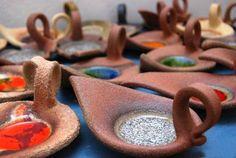 keramické svícny - Hledat Googlem Slab Pottery, Ceramic Pottery, Clay Projects, Clay Crafts, Kids Clay, Clay Birds, Pottery Techniques, Pottery Designs, Ceramic Clay