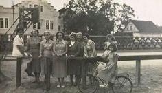 Grupo de senhoras no Pátio da Sociedade Ginástica de Joinville, que fica na rua dos Ginásticos. Ao fundo aparece parte da Malharia Arp Painting, Black Kittens, Antique Bicycles, Santa Catarina, Rolodex, Street, Brazil, Places To Visit, Painting Art