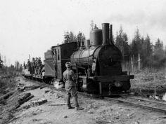 Kenttärataa ja juna Syvärin metsissä.