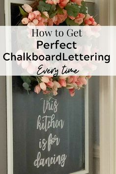 The secret behind that beautiful chalkboard lettering is EASY! Learn how to create beautiful chalkboard lettering with this CHEATER method! Adult Crafts, Diy Home Crafts, Diy Crafts Videos, Diy Home Decor, Chalkboard Lettering, Lettering Ideas, Cheaters, Love Craft, Chalk Paint