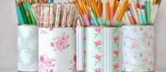 Es una técnica muy sencilla que consiste en decorar una superficie, pegando sobre ella recortes de papel o tela y pintándola luego con barnices transparentes.