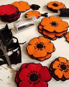 Felt flowers - really like the dark highlights and shadow backing Felt Diy, Felt Crafts, Fabric Crafts, Diy Crafts, Felt Embroidery, Felt Applique, Felt Flowers, Fabric Flowers, Poppy Flowers