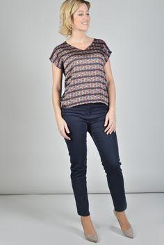 ANTONELLE TOP SANS MANCHE IMPRIME DEVANT UNI DOS Réf :  17TO1842 Top en maille encolure V sans manches. le devant est en satin imprimé minimaliste géométrique et le dos en jersey coordonné uni. Portez-le avec un jean ou avec un pantalon de tailleur pour un effet casual/chic. #Antonelleparis  #clothing #gooddeal #moda   #lookoftheday #summer #top   #womenswear #bleu  #motif  #ss17