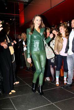 die Farbe der Saison - Bikerjacke mit passender Bikerhose aus Leder. Diese Kombination gibt es für Mutter und Tochter! www.lassal-fashion.de