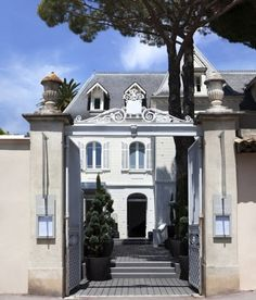 World largest luxury group LVMH has opened its brand new hotel WHITE 1921 in Saint Tropez, which will be operated by LVMH Hotel Management. Saint Tropez, Beautiful Hotels, Beautiful Places, Monte Carlo, Provence, French Riviera Style, St Tropez France, Open Hotel, Miami Beach Hotels