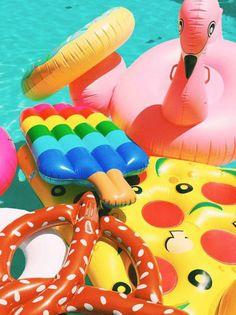 35 bouées de piscine totalement gonflées !