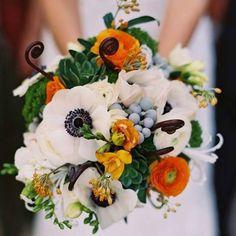 Ficamos apaixonados por esse buquê de noiva! É colorido, elegante e ao mesmo tempo é muito atual.