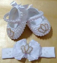 Sapatinho de bebê com pérolas modelo princesa com pérolas e strass. Consulte os tamanhos disponíveis! Feito com carinho para sua princesa! #combinacomsuaprincesa