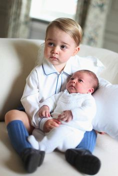 Kiss from big brother in pics of Britain's royal baby - Yahoo News