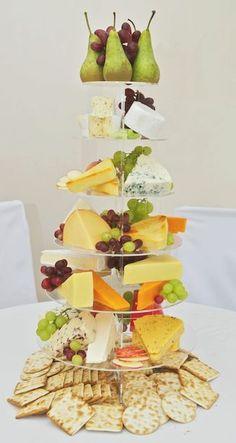 Buffet de fromage, à détourner pour tous les aliments la mise en place avec les poires et le raisin est top.