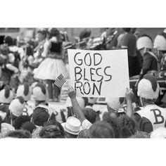 Ronald Reagan annuncia il suo programma politico presso Bloom High School. La folla è in festa. Tutti ascoltano il discorso del presidente con  assoluta attenzione.  1984
