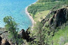 """Considéré comme la """"perle de Sibérie"""", le lac Baïkal est le lac le plus profond du monde. C'est aussi la plus grande réserve d'eau douce d'Asie. Pourquoi ne pas le découvrir lors d'un périple à bord du Transsibérien ?"""