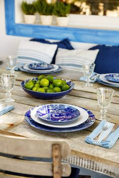 Blue and white tiles from the XVIII and XIX century inspired this collection. Their complicated beauty is highlighted when combined with a simpler set. Inherent