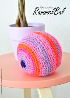 Free crochet pattern for rattle ball Craft Projects For Adults, Diy Craft Projects, Diy Crafts For Kids, Crochet Projects, Crochet Baby Toys, Crochet Animals, Diy Crochet, Knitting Patterns, Crochet Patterns