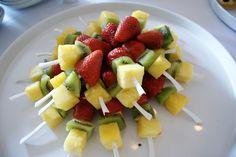 spiedini di frutta fresca Kiwi, Fruit Salad, Finger Foods, Sweet, Pineapple, Candy, Fruit Salads, Finger Food, Snacks