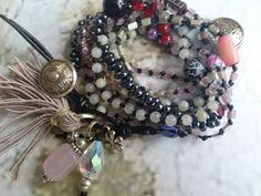Wickelarmband 9 reih. geknotet mit einem schwarzen synt.Band und Halbedelsteinen (Jade Rosenquartz)und Glasperlen. Geschlossen wird das Armband mit einem schwarzen Lederband und einem Metall Knopf. Anhänger ist eine Rosenquartz Perle, eine Glasperle, eine Metall Blüte und eine Quaste aus Seide/Baumwolle/Synt..  Wickelarmband kann auch als Kette getragen werden.  Farbe dunkelgrau, rose, beige, rot, schwarz, silber  by josefine1961 DaWanda.com