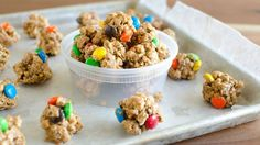 Everything you love about monster cookies is rolled into a no-bake, protein-packed granola bite great for quick afternoon snacks. (quick and easy snacks for kids) Fun Snacks For Kids, Easy Snacks, Healthy Snacks, Healthy Eating, Protein Snacks, Healthy Smoothies, Junk Food, Dog Food Recipes, Snack Recipes