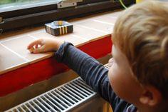 """Vzdálenostní hra  Když už děti barvy umí, můžete si s nimi zahrát vzdálenostní hru. Hraje se tak, že odnesete předměty, v našem případě kolečka, na různá místa v pokoji (""""Odnes červené kolečko ke květině na okně."""") a pak je zase nosíte zpátky (""""Přines červené kolečko.""""). Ideální je, když hraje více dětí, které mohou hrát společně. Funguje ale i jen pro jednoho."""