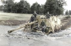 Panzerjäger Hornisse - Nashorn con su dotación, cruzando un río. (Foto coloreada)