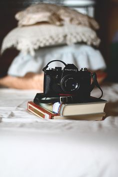 Vintage Camera Find the perfect gift for the amateur photographer in your life - Photography Camera, Vintage Photography, Grunge Photography, Conceptual Photography, White Photography, Photography Tips, Camera Aesthetic, Aesthetic Fashion, Beauty