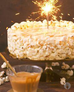 Salted Caramel Popcorn Cheesecake This cheesecake is POPPIN' ? This cheesecake is COOL ? Just Desserts, Delicious Desserts, Yummy Food, Salted Caramel Popcorn, Salted Popcorn Recipes, Salted Caramel Desserts, Cheesecake Recipes, Dessert Recipes, Bon Dessert