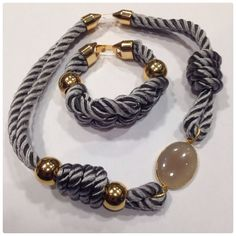 Collar y pulsera con cordón trenzado, piedra semipreciosa, bolas y cierre de Zamak. Materiales de Farfalla