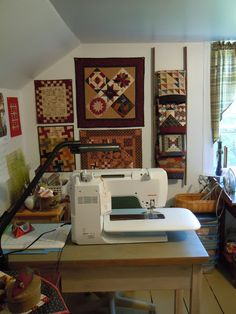 The Painted Quilt: Small Quilts love this space for quilting Sewing Spaces, Sewing Rooms, Small Quilts, Mini Quilts, Quilting Room, Quilting Projects, Quilt Display, Hanging Quilts, Miniature Quilts
