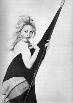 Brigitte Bardot avec le drapeau français (par Richard Avedon, en 1959).