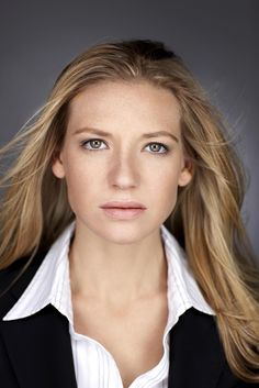 Anna Torv from Fringe. If we were having a girl, Olivia was one of my number one choices for a girls name. :) It's also crazy that she is British but speaks with an American accent for the show. Anna Torv, Celebrity Makeup, Celebrity Crush, Celebrity Women, John Noble, Star Of The Day, Beautiful People, Beautiful Women, Pretty People