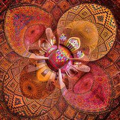 Juntamente com Isfahan, Shiraz é uma das cidades mais bonitas e interessantes do Irã. Conhecida como a cidade dos poetas, dos jardins e dos rouxinóis, além do vinho que leva seu nome, a cidade é cheia de lindas construções, sabores exóticos e boas surpresas. Entre os monumentos mais cultuados de Shiraz estão o belíssimo mausoléu do poeta Hafez (do século 14), que dá boa medida da importância da poesia no país, e a Mesquita Nas?r al-Mulk.