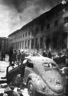 Berlín 1945 by j re crivello  «Producía el efecto de carecer de esencia. Estaba muerto, vacío»,  -concluye Abert Speer refiriéndose a Hitler.  Me despertaron a las 5 de la madrugada, ...