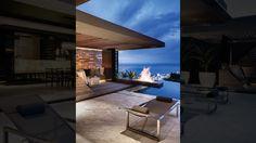 Moderne overkapping op dakterras waarin alles samen komt: zwembad (infinity pool), vuurelement, lounge, ligbedden, hout, beton, etc.