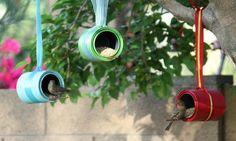 Кормушки для птиц из жестяных банок.