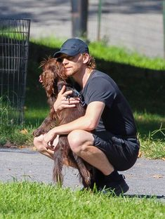 Tom Hiddleston and Bobby in Central Park 201909 Tom Hiddleston Loki, Thomas William Hiddleston, Chris Hemsworth, William Afton, James Norton, Park In New York, Love Him, My Love, Loki Laufeyson