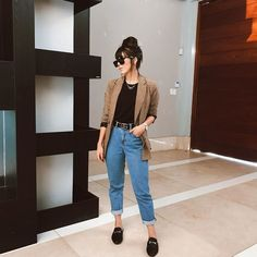 Calça mom jeans, tshirt preta, blazer xadrez e flat mule preta Source by moda Casual Work Outfits, Work Casual, Classy Outfits, Chic Outfits, Casual Looks, Trendy Outfits, Fall Outfits, Formal Outfits, Professional Outfits