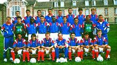 1994  Au troisième rang de gauche à droite : Roche, Dogon , Ginola, Bergeroo (Entr. gardiens), Sauzée, Blanc, Cantona, Petit. Au deuxième rang : Jacquet (Entr. adjoint), Martini, Boli, Le Guen, Desailly, Ferri, Vahirua, Lama, Emile (Intendant). Au premier rang : Silvestre, Pedros, Papin, Houiller (Entraîneur), Martins, Lizarazu, Deschamps.