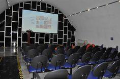 Cine Janelas: Confira programação de filmes até dezembro - O Cine Janelas - Botucatu, instalado no Espaço Cultural - Dr. Antonio Gabriel Marão, irá exibir até dezembro deste ano mais oito filmes em sessões abertas ao público [veja programação abaixo].  As exibições gratuitas de cinema acontecem todas as quintas-feiras para adultos: às 20 horas para filme - http://acontecebotucatu.com.br/cultura/cine-janelas-confira-programacao-de-filmes-ate-dezembro/