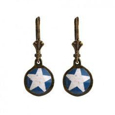 """Mit den verspielten Ohrhängern """"Blue Star"""" vom französischen Label Rock around my neck zauberst du dir ein luftig-leichtes Accessoire mit dezentem Vintage-Touch an dein Ohr."""