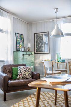 Ruokapöytä tehtiin vanhasta puusohvan kannesta, tuolit ovat Ikeasta. Kaikki…