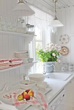 Shabby Chic Kitchen Decor Ideas for Your Farmhouse or Cottage - Kitchen Decor Shabby Chic Kitchen Decor, Shabby Chic Farmhouse, Shabby Chic Cottage, Shabby Chic Homes, Vintage Kitchen, White Cottage, Cottage Style, Shabby Chic Interiors, Romantic Cottage