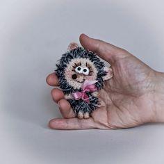 hedgehog Crochet Animal Amigurumi, Crochet Animal Patterns, Crochet Doll Pattern, Stuffed Animal Patterns, Amigurumi Doll, Doll Patterns, Love Crochet, Crochet Hooks, Crochet Brooch