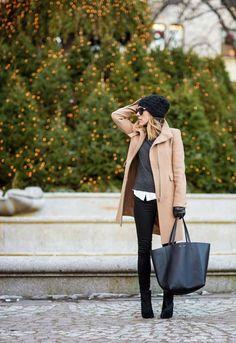 bonnet tricoté noir combiné avec un manteau de couleur chameau et un grand sac à main noir
