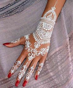 Best white henna designs for hands Must check out the easy and simple white henna designs with images. Watch the video tutorial about white henna designs application on the back side of the hand. Learn more about what is white henna and how it works. Henna Tattoo Designs, Henna Tattoos, Henna Tattoo Muster, White Henna Tattoo, Henna Tattoo Sleeve, Henna Ink, Arabic Henna Designs, Bridal Henna Designs, Henna Body Art