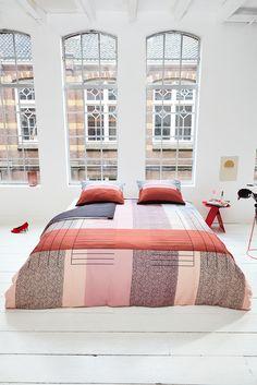 Fashiontrend: roze blijft, colour-blocking komt terug. Roze vormt het centrum van alle kleuren in je #slaapkamer interieur. De bedlinnen set Art Multi van Mae Engelgeer  combineert zacht roze met hardere kleuren als rood, gebrand oranje, donkerblauw en zwart. Deze trend kan je toepassen in zowel je moderne als je klassieke #slaapkamer. #trends #slaapkamer #bedroom