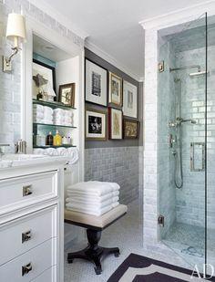 Mooie lichte badkamer.